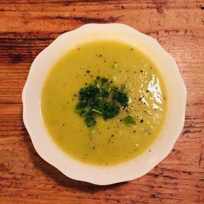 Potage de broccoli et poireaux à la noix de muscade