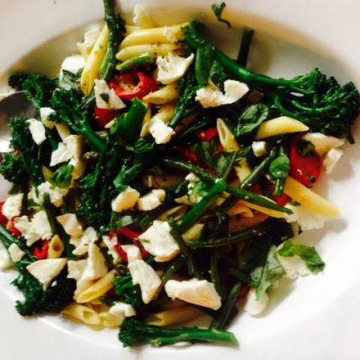 Pasta salade met gegrilde groenten en mozzarella